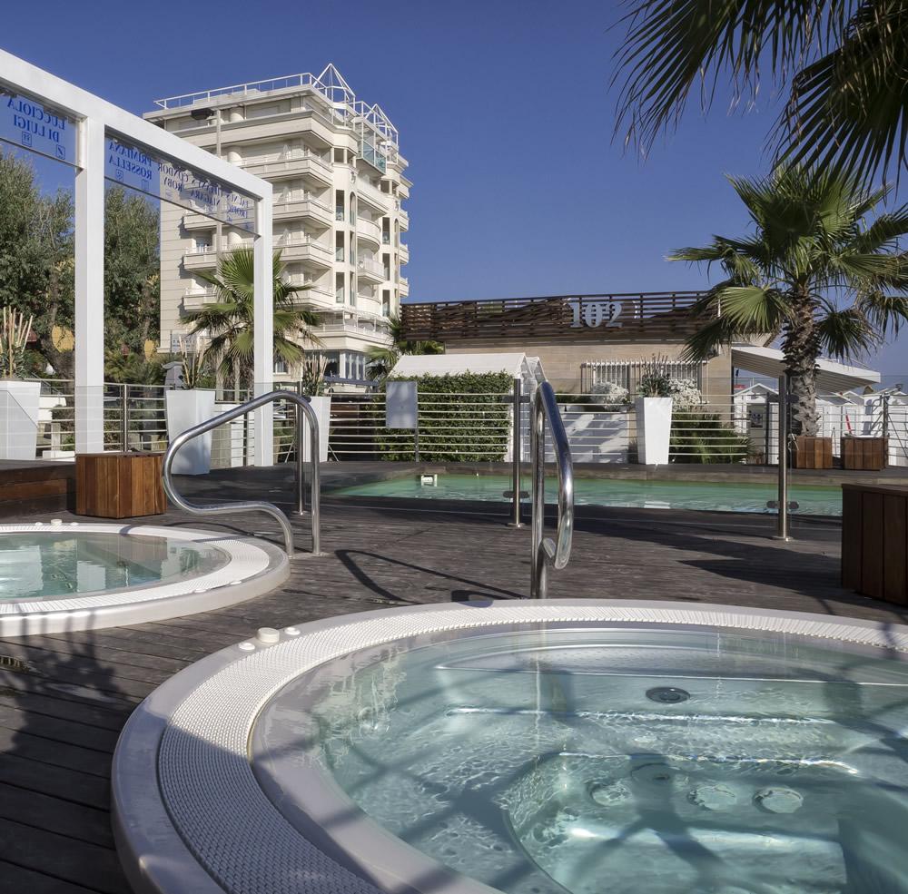 Tiffany 39 s hotel riccione 4 stelle fronte mare for Piscina riccione